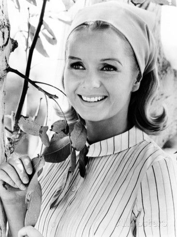 60s actress Debbie Reynolds, from 1966, wears a head scarf for a scene in one of her films. She has maintained a relatively clean image throughout her acting career. Her real-life daughter Carrie Fisher is also an actress in her own right and is best known for playing Princess Leia in the Star Wars movie series. In this picture, the head scarf and the hair style remind me of my aunt, who inspired me to like these head scarfs on women. Apparently, The Force is with this family.