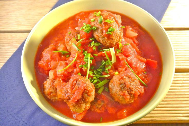 Met dit makkelijke recept kun je nog alle kanten op! Wij hebben de gehaktballetjes met de paprika-tomatensaus gegegeten bij een aardappel ovenschotel met salade maar het smaakt heerlijk bij bijvoorbeeld pasta of rijst. Tijd: 25 min. Recept voor 2/3 personen Benodigdheden: 150-200 gram (mager) rundergehakt 1 ei 4 eetlepels paneermeel 2 theelepels gehaktkruiden halve theelepel...Lees Meer »