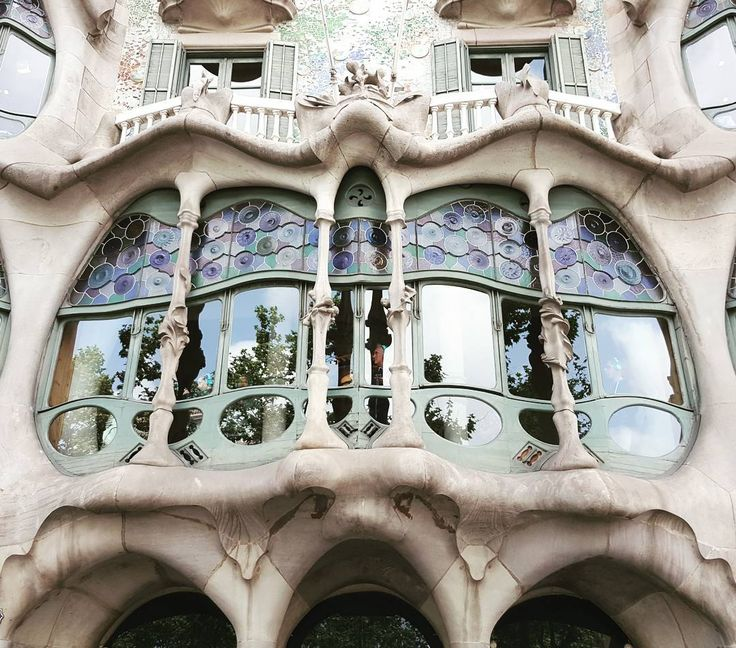 CASA BATLLO #Casa #Batllo ❤❤❤❤❤❤❤ #gaudi #architect #mimar #architecture #mimari #building #modernismo #artnouveau #jugenstil #barcelona #barselona #spain #Ispanya #espana #art #arthistory #sanat #sanattarihi #historicalbuildings #history #gezi #traveler #travel #casabatllo #facade @world_doorsandwindows @windows_to_the_world #windows #vitray #stainedglass @artnouveaukathi @artnouveau.club http://turkrazzi.com/ipost/1521183766612296381/?code=BUcVJN_BEK9