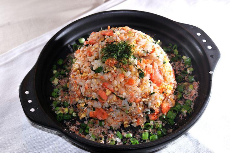 焼いた塩鮭に白飯、定番の朝ご飯って感じですよね~。今回はその塩鮭とご飯をドッキング、もりもり食べたいチャーハンにしてみました! シンプルな朝ご飯の組み合わせから、ガッツリ系へ! でも味付けは和風にして香味野菜もたっぷり、仕上げに青のりとかつお節を振りかけています。 塩鮭は魚焼きグリル、またはフライパンなどで焼いてください。焼くのが面倒という人は、市販の鮭フレーク(ほぐし鮭)でも代用できますが、塩鮭をほぐして作る方がゴロリと存在感があって絶対ウマいですよ~! 魚屋三代目の「塩鮭の和風チャーハン」 【材料】2人前 ご飯 茶碗2杯分くらい(400g前後) 塩鮭 2切れ 卵 2個 市販品の顆粒だし(ま…