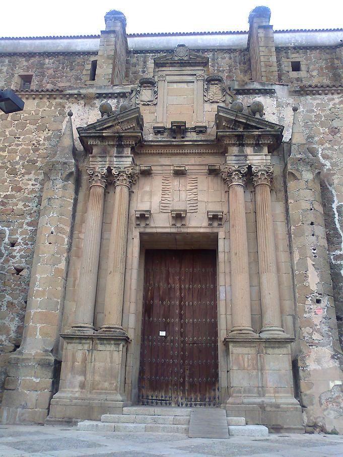 Entrada a la iglesia del Convento de San Vicente Ferrer, actual Parador Nacional de Turismo de Plasencia, que curiosamente conocemos como Santo Domingo.