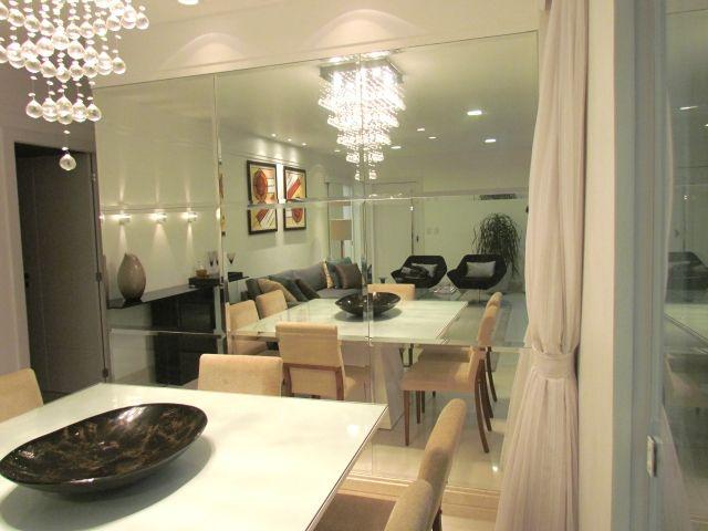 Salas De Tv Decoradas Com Espelhos ~ sala de jantar com espelho junção bisotado, refletindo o que a sala