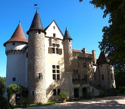 Олтериб (Château d`Aulteribe)   Построенный в конце средних веков, замок был реконструирован и восстановлен во второй половине XIX столетия. В 1954 году маркиз де Пьер завещал замок в Национальный фонд охраны исторических памятников.
