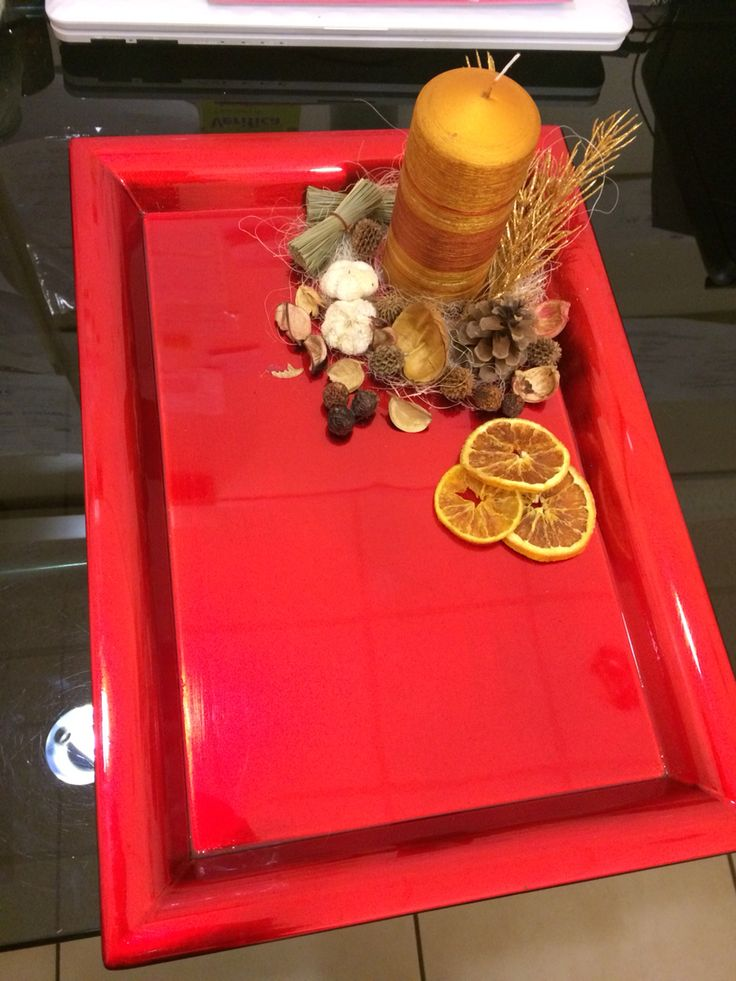 Decorazioni e candela su vassoio