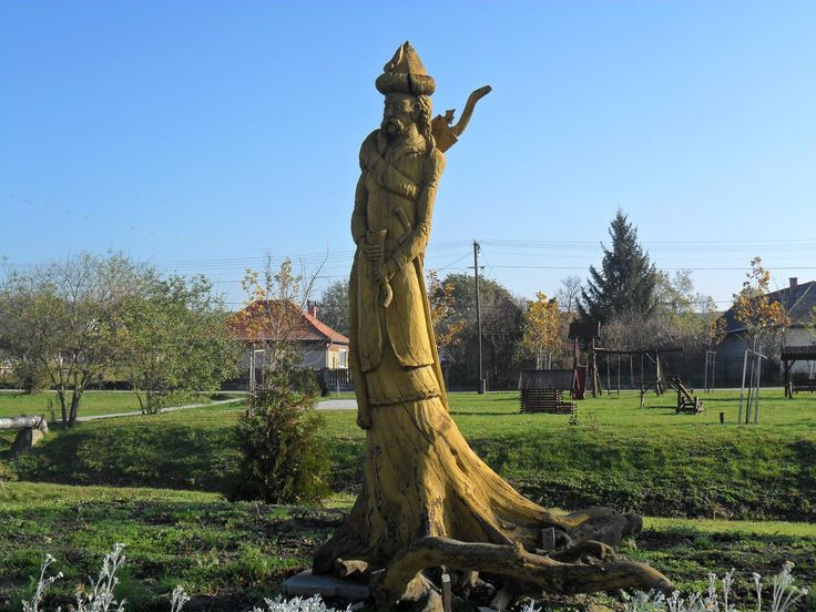 Hungarian King Árpád - a statue carved from a single tree trunk. Csajág, Hungary