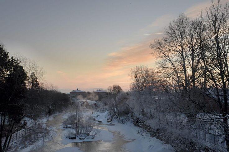 Kylminä päivinä kuolee tilastollisesti enemmän ihmisiä kuin lämpiminä. Näin pakkassää vaikuttaa ihmiskehoon.