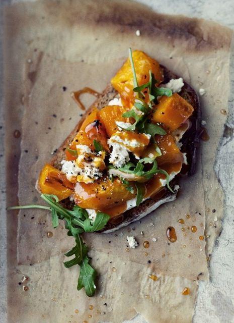 Brusquetas de calabaza asada con rúcula, nueces y roquefort.
