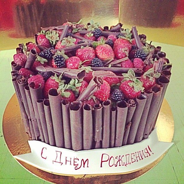Открытка с днем рождения с тортом и цветами