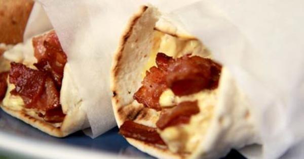 Kycklingwraps, tunnbröd som du fyller med en god kycklingröra på färdiggrillad kyckling, curry, äpple och knaperstekt bacon. Enkel och god picknickmat!