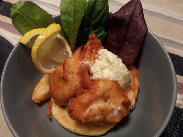 Hausgemachte Pommes frites und Fischhäppchen im Bierteig mit Remoulade