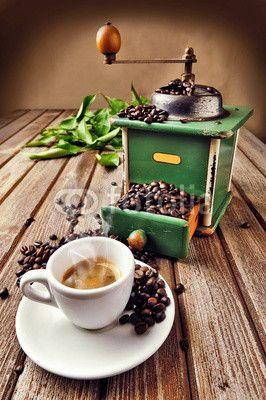 Manual coffee grinder © tdelpiano – Fotolia.com