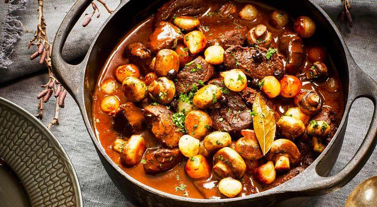 Recept på portergryta med älg. Läcker gryta med mustig smak av viltkött, porter och enbär. Perfekt bjudmat som kan förberedas i god tid. Tänk på att grytbitar av hjort och rådjur tar kortare tid att koka än älg.