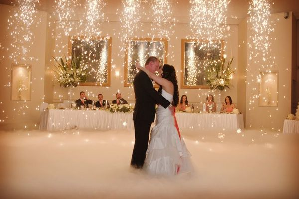 Ideas para el vals de la boda: fuegos artificiales en forma de cascada #bodas #ElblogdeMaríaJosé #valsnovios #inspiraciónbodas