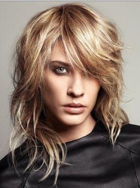 Taglio di capelli medio lunghi mossi