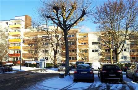 Das hübsche 1- bis 2-Zimmer-Appartement befindet sich im 3. Obergeschoss einer gepflegten Mehrfamilienhausanlage in einer ruhigen Stichstraße von Denzlingen.