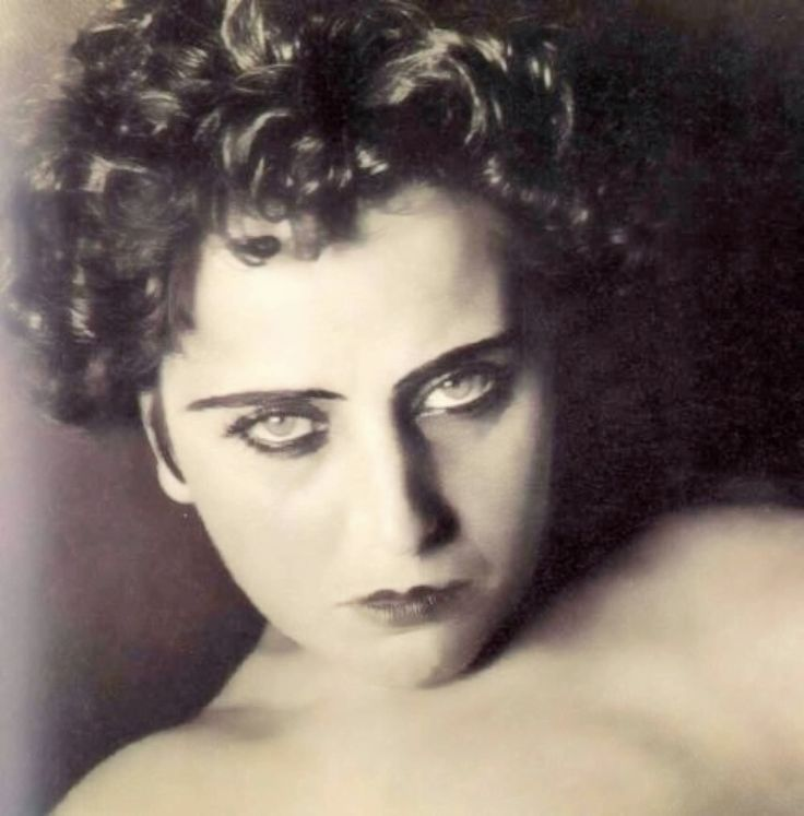 Nahui Ollin, (real name Carmen Mondragón) is considered one of the talented and revolutionary women who formed the 1920s and 1930s in Mexico by activism and creativity, like Guadalupe Marín, Antonieta Rivas Mercado, Frida Kahlo, Tina Modotti, Lupe Vélez and María Izquierdo.