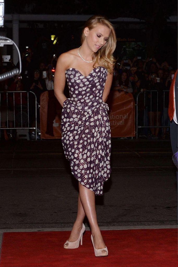 Scarlett Johansson en el Festival Internacional de Cine de Toronto con un escote corazón bastante más modesto que el que lució en la Mostra de Venecia, la actriz estaba igualmente espectacular en su vestido de gasa de Vivienne Westwood.