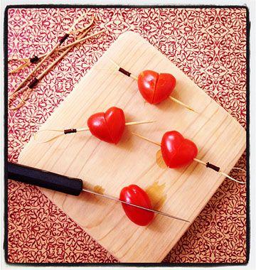 Brochettes coeur avec des tomates cerises pour la Saint-valentin