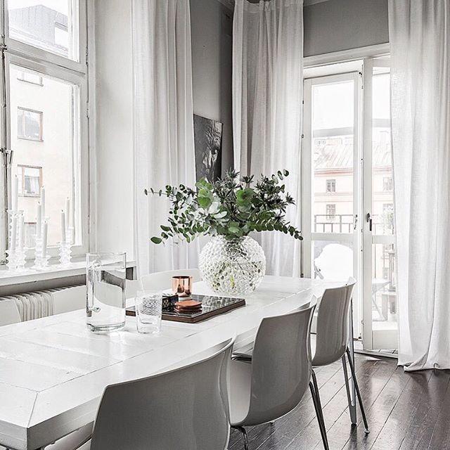 Adress: Åsögatan 170 Mäklare: Pia-Lotta Svensson @fastighetsbyran Foto:@kronfoto Visning: 14 februari  Fantastisk välplanerad 3:a med balkong i söderläge. Social öppen planlösning mellan vardagsrum och kök, två sovrum, rymlig klädkammare samt renoverat badrum. Här finns fina sekelskiftesdetaljer bevarade såsom trägolv, speglade dörrar och ca 3 meter i takhöjd. Skuldfri brf med låga avgifter.