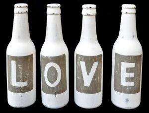 Vier massief houten decoratieve flesjes met letters die samen het woord LOVE vormen. Afmeting: ca. 22cm. De prijs voor voor de 4 flesjes samen. www.bwonen.nl