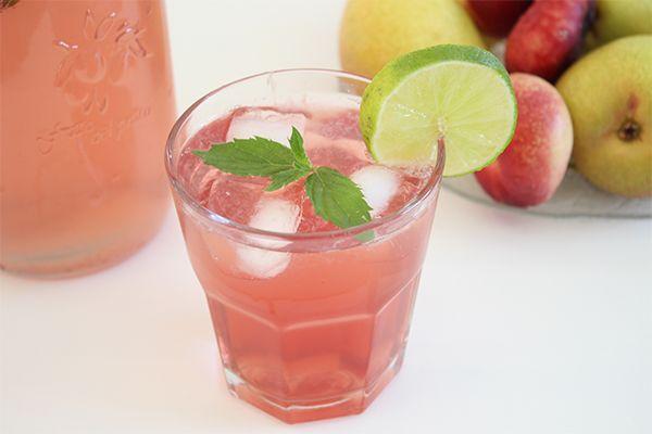 Raspberry Lemonade: Ein alkoholfreier Sommercocktail: 1 Liter prickelndes Mineralwasser (am besten kalt aus dem Kühlschrank) Saft einer Zitrone 40-50 ml Himbeersirup (je nach gewünschter Süße, ihr müsste einfach ein bisschen mit der Sirup-Menge experimentieren:) 6 Eiswürfel Alle Zutaten in eine große Karaffe geben und nach Belieben noch mit frischer Minze, Zitronen- oder Limettenscheiben garnieren. Fertig ist die Erfrischung!  Sofort kalt servieren.