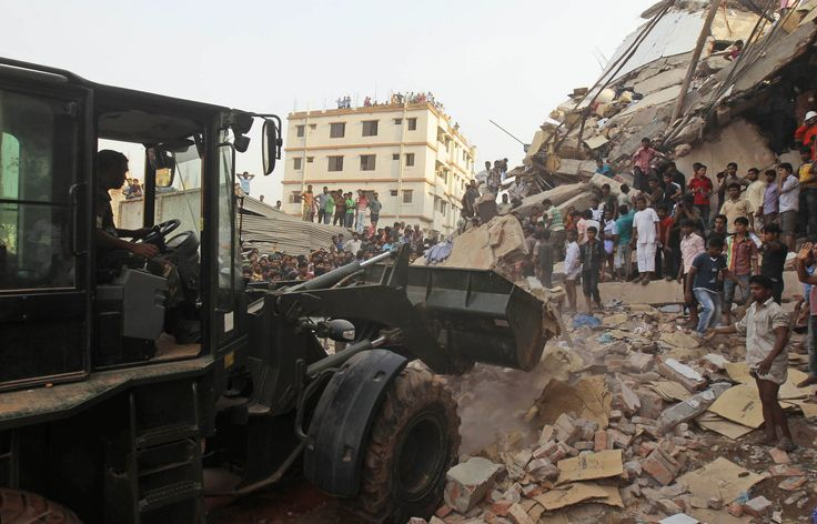 Horror in Bangladesh | Bangladeshi soldiers use an earthmover during a rescue operation at the site of a building that collapsed a building collapse in Savar, near Dhaka, Bangladesh, Wednesday, April 24, 2013. | Photo: AP / A.M. Ahad