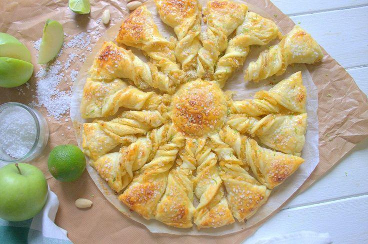 Ingrédients: 2 rouleaux de pâtes feuilletées 4 à 5 pommes Grany smith 1/2 jus de citron jaune 20 g de beurre 1/2 gousse de vanille ou 2 sachets de sucre vanillé 2 à 3 càs de sucre semoule 3 càs de poudre d'amandes 1 oeuf + 1 pincée de sel pour la dorure...