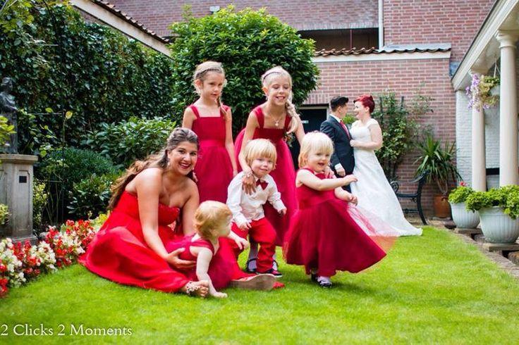 Wat een geweldige combinatie! De bruid in het ivoor met haar rode haar en de rode bruidsmeisjesjurken. De 4 kleine meisjes zijn aangekleed door Corrie's bruidskindermode. Trouwen, huwelijk, bruiloft, bruidskinderen, bruidskinderkleding. bruidskindermode.nl