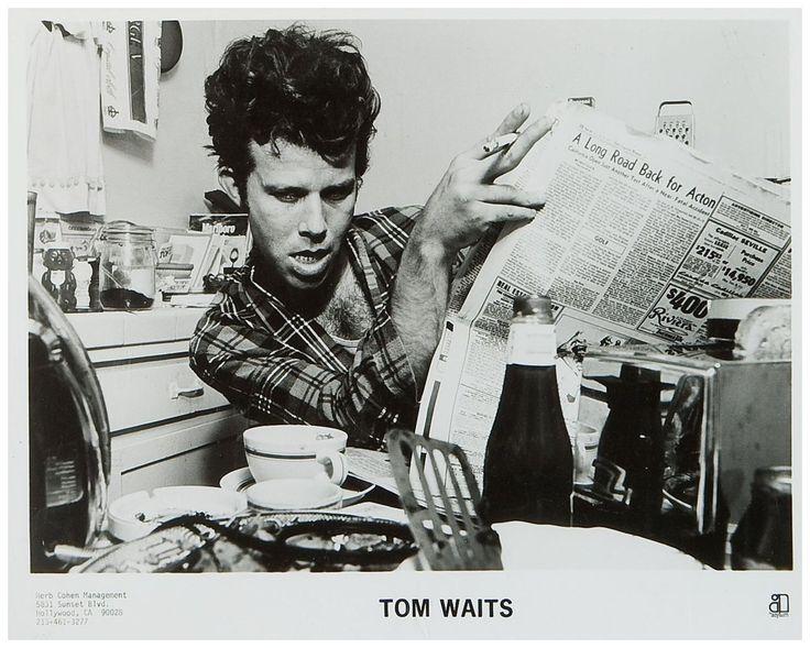 Tom Waits Leyendo El Peri 243 Dico Mientras Desayuna Leer Es