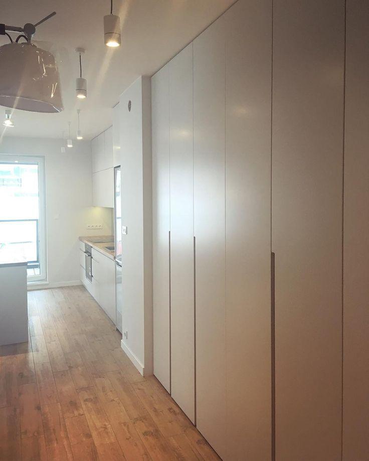 Właśnie skończyliśmy pracę nad lakierowaną szafą która ładnie wygląda w połączeniu z frezowanymi uchwytami i dodatkowym wykończeniem dębowym.  Pozdrawiamy. #szafa #wardrobe #garderobe #kleiderschrank #shelves #garderoba #clothes #remont #renovation #inspiration #style #decor #design #homedecor #home #dom #homesweethome #meble #furniture #instasize #instahome #photooftheday #warszawa #warsaw #polska #poland