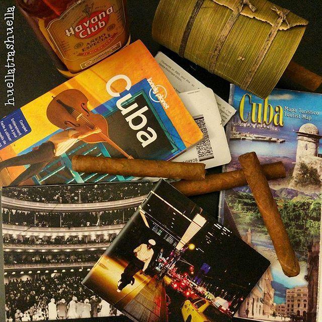 Recuerdos de un viaje extraordinario, lleno de sentimientos y de humanidad. Puros, havanaclub, buenavistasocialclub, mapas, billetes y nuestra inseparable guia @lonelyplanetfr. Por muchos viajes más! #cuba #lahabana #viñales #trinidad #cienfuegos #playagiron #havanaclub #puros #mapas #lonelyplanet #lonelyplanetcuba #lonelyplanetfr #buenamusica #sondecuba #buenavista #rondecuba #viajesinolvidables #experiencias #huellatrashuella