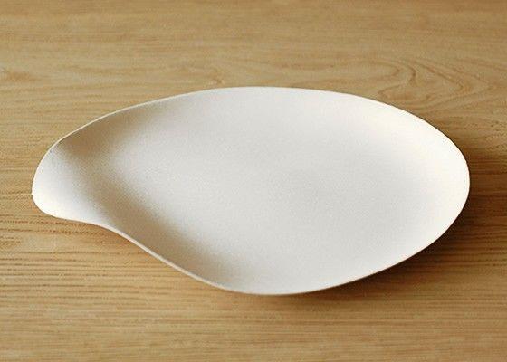 Dans la famille de vaisselle Wasara à  usage unique, voici le set de 8 grandes assiettes rondes, on les appelle Maru. Elles sont délicates et raffinées.Le matériau est léger, on aime son esprit japonisant... Impossible de résister !Elle est naturellement décomposable, alors un Design Chic version Ecolo c'est un bonheur.Â