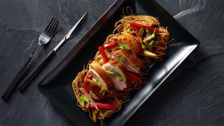 Restované asijské nudle s pečenou kachnou