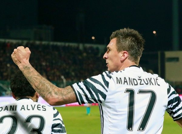 Juventus' Croatian forward Mario Mandzukic celebrates with teammate after scoring a goal during the Italian Serie A football match FC Crotone vs Juventus FC on February 8, 2017 at the Ezio Scida Stadium. / AFP / CARLO HERMANN