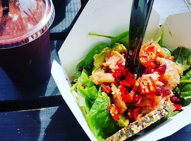 Laksesalat m. blåbærjuice 😁 Dejligt med lidt mættende mad fra 'morgenstunden' 😊 #paleo #palæo #paleofood #stenalderkost #lunch #sundlivsstil #vægttab #kcal #fitfam #fitfamdk #rigtigmad #smagfuldmad #guacamole #sund #ernæring #mums #velvære #muskelmad #instafood #weekend