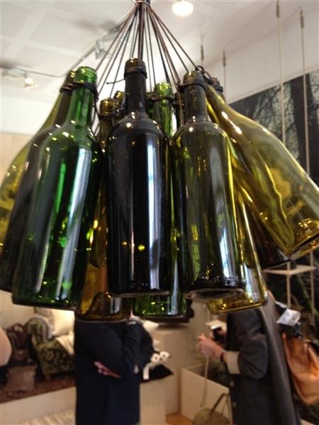 Kan inte låta bli att visa denna bild igen, på tal om vinflaskor. Denna lampa hängde hos Ceannis när de hade pressvisning senast, www.ceannis.se.