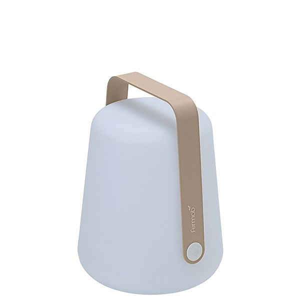 Fermobin Balad-valaisin on oivallinen valinta sekä sisä- että ulkotiloihin. Valaisin on helppo kantaa paikasta toiseen, sillä ladattava led-valonlähde tekee siitä käytännössä johdottoman.