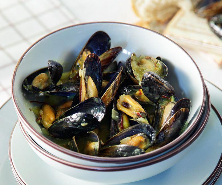 Η διεθνής εκδοχή για τα αχνιστά μύδια γίνεται ιδανικά σε μαντεμένια κατσαρόλα και είναι από τους καλύτερους μεζέδες για λευκό κρασί. Μπορείτε βέβαια να τα συνοδέψετε και με ουζάκι ή τσίπουρο.