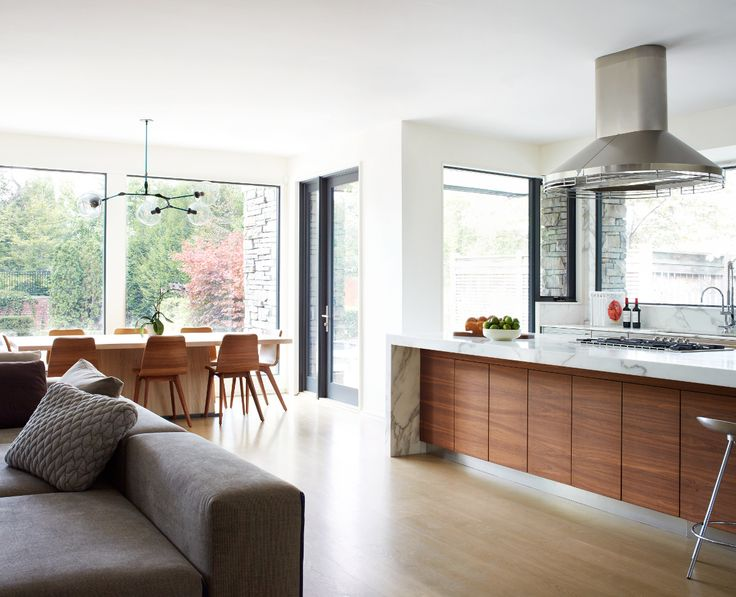 Una casa artística y juguetona Las grandes cristaleras ayudan al concepto abierto de cocina, sala y zona de comedor.