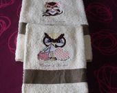 Ensemble serviettes éponge de bains écru brodées de chouettes d'amour : Textiles et tapis par ccb-by-nc