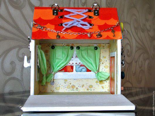 Домик с секретами. Внушительная порция секретов гарантируют долгую и увлекательную игру в пряталки и находилки Домик размером 22х17х24 из фанеры 9 мм., декор выполнен из фетра, немного росписи. Все окна и двери закрываются на замочки. Замки различных типов: крючок, шпингалет 2 вида, завёртка. Также есть растяжка, шнуровка, карабин c цепочкой, липучка, искалочки, глазок, крышка, колокольчик, ручка для переноса домика. Одна боковая стенка открывается. Можно использовать как кукольный домик.
