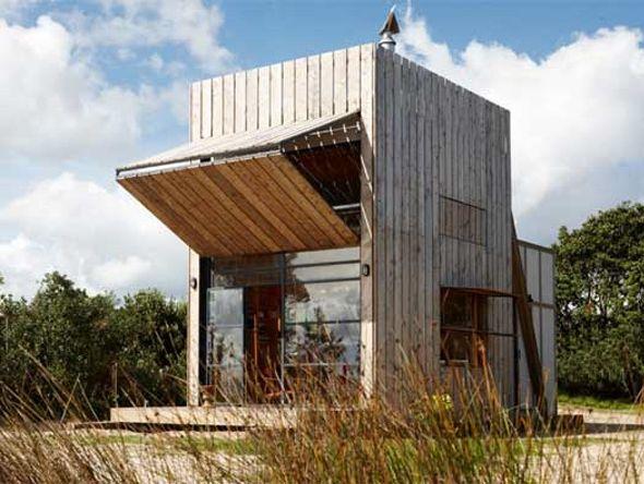 C'est dans un cadre idyllique d'une plage de sable blanc qu'a été construite cette cabane élégante et améliorée. Se trouvant dans une zone d'érosion côtière, l'édifice se devait être amovible, les architectes l'ont donc conçue sur deux traineaux épais en bois. La cabane est une série de structures simples de conception, l'esthétique est naturelle et rappelle un artefact de plage comme une tour d'observation.