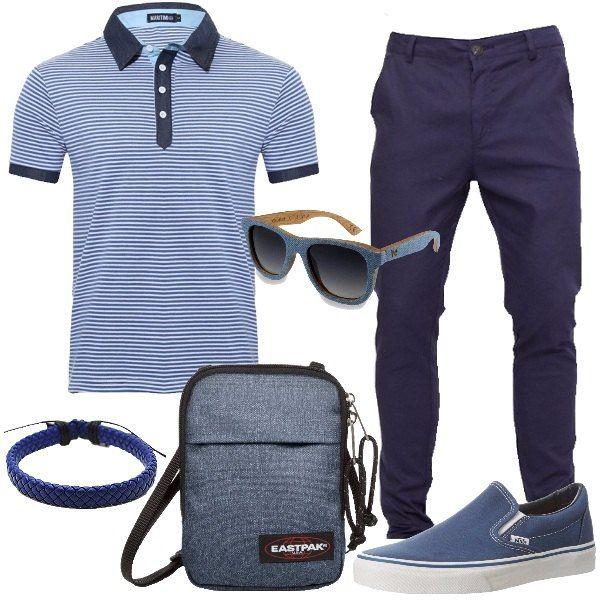 Total look per uomo da tutti i giorni formato da un pantalone modello chino slim fit in cotone elasticizzato blu, una polo a righe in blu e bianco con dettagli di jeans, un paio di slip on di tela blu, una borsa a tracolla del brand Eastpak, un paio di occhiali da sole in legno di bamboo e jeans e per terminare un bracciale intrecciato in blu.