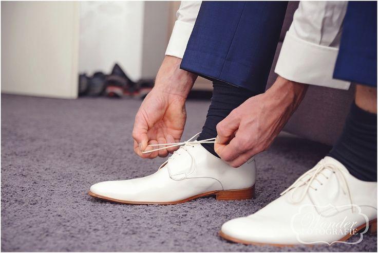 Witte schoenen bruidegom -Trouwfotograaf Almere - Bruidsfotografie - Trouwfotografie - Zeewolde - Kampen - Wedding Photography - http://www.wonder-fotografie.nl