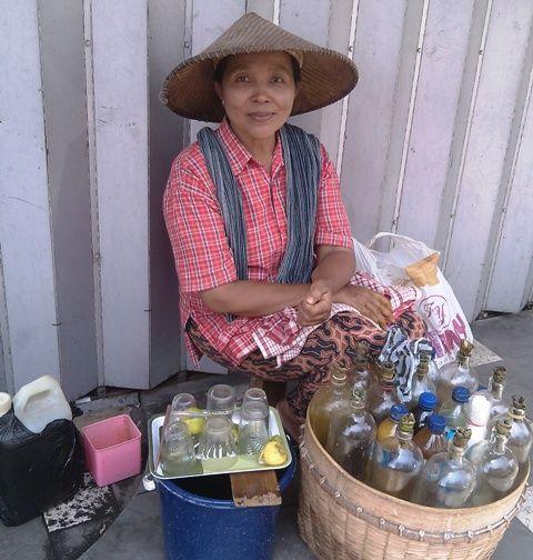 Seorang ibu, bertahan s/d sekarang dan sudah mencapai 30 tahun berjualan jamu gendong di depan Mall Luwes Pasar Legi Solo Jawa Tengah