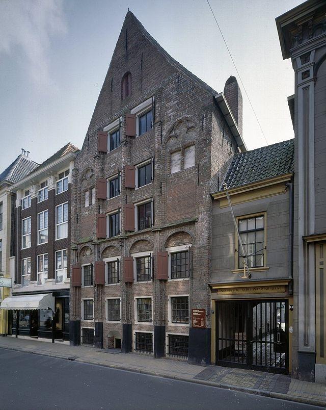 Gotische Huis, Brugstraat, Groningen, 1998, voorgevel en overbouwde steeg met gesloten hek, Links de voorgevel van Brugstraat 22. Groningen , Holland.