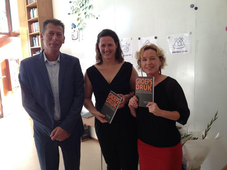 Gezellig tijdens het boekenfeestje van Leonie van Rijn en Annemieke Figee, waar ze trots hun boek Groepsdruk presenteren. #groepsdruk #annemiekefigee #leonievanrijn #futurouitgevers