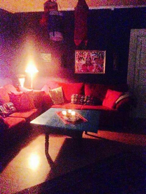 Lila väggqr, röd soffa, turkost bord