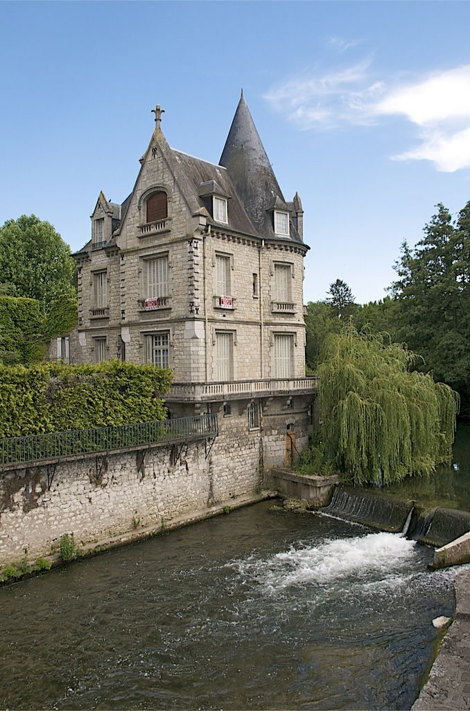 Moret sur Loing - A charming house sitting on the river banks in Moret sur Loing
