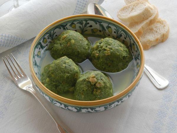 Canederli agli spinaci in brodo: come preparare le polpette di pane tipiche dell'Alto Adige